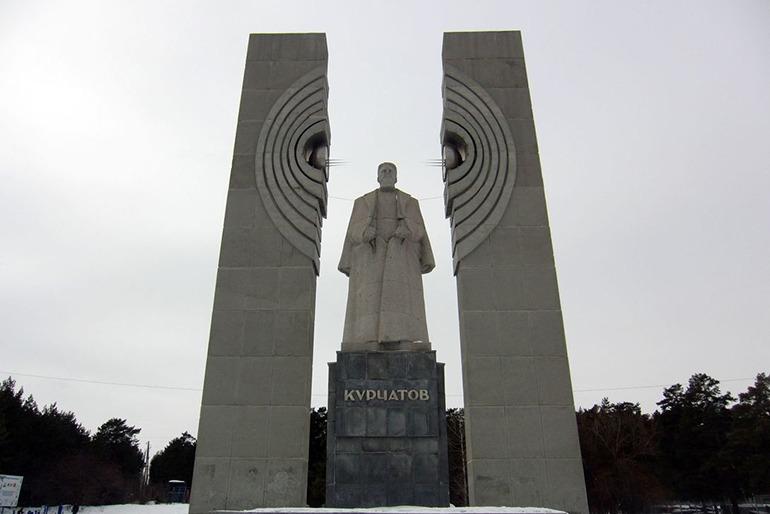 Памятник Курчатову Челябинск